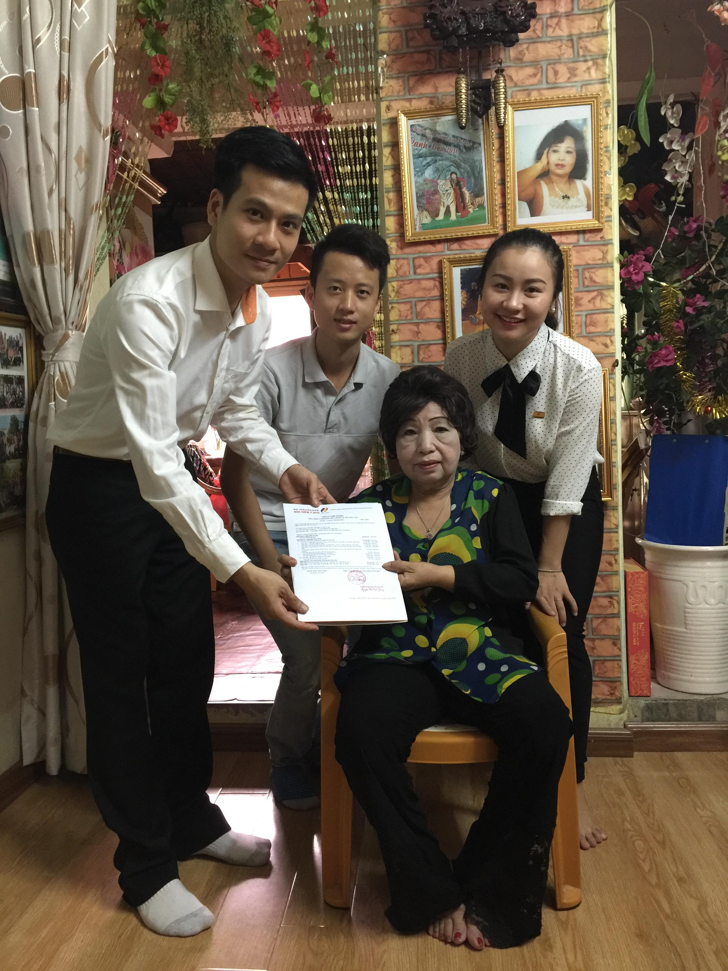 Bảo hiểm thăm hỏi, tặng quà bà mẹ Việt Nam anh hùng Nguyễn Thị Kim Loan