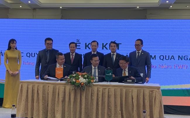 Vietcombank và FWD ký hợp tác bancassurance độc quyền 15 năm, bán liên doanh bảo hiểm VCLI cho FWD