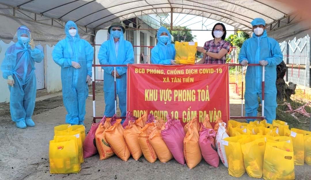 Công ty Bảo hiểm PJICO Bình Phước tặng quà cho người dân bị phong tỏa cách ly tại Đồng Phú